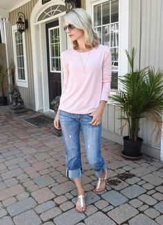Summer style, pink light sweater, boyfriend cropped jeans, casual look, tiaras and heels blog
