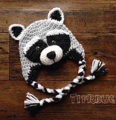 Crochet Hat Le raton Laveur Raccoon hat pattern by Christine Plante - Crochet Animal Hats, Crochet Kids Hats, Crochet Beanie, Cute Crochet, Crochet Crafts, Crochet Projects, Knitted Hats, Crochet Character Hats, Bonnet Crochet
