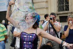 artista di strada con spettacolo di bolle di sapone Bubble puppet show scende in città Photo chiara calabrese