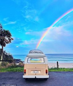 Widower sells Kombi to couple that remind him of his own marriage No day is the same in their van Scout with the couple enjoying long talks with other van-goers and getting bogged more than once Beach Aesthetic, Summer Aesthetic, Blue Aesthetic, Aesthetic Vintage, Aesthetic Photo, Aesthetic Pictures, Aesthetic Collage, Volkswagen Transporter, Vw T1