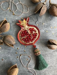 Hand Work Embroidery, Bead Embroidery Jewelry, Beaded Embroidery, Felt Crafts, Diy And Crafts, Arts And Crafts, Fantasy Jewelry, Jewelry Art, Beaded Brooch