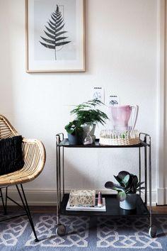 DIY: Gestalte dein eigenes Boho Tablett im Urban Jungle Style mit glamourösen Gläsern mit Goldfolie. Dieses selbstgemachte Tablett ist ein perfektes Geschenk zu Weihnachten, zum Geburtstag oder für die beste Freundin einfach mal so! Und das DIY Tablett au