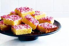 Unser beliebtes Rezept für Zitronenkuchen vom Blech mit beerigen Kokosraspeln und mehr als 55.000 weitere kostenlose Rezepte auf LECKER.de.