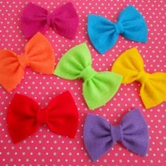 Easiest DIY Bows- Felt & fleece are perfect for this bow, but other fabrics may work, too. Use needle & thread, or accordian fold & tie with crochet thread. Hair Ribbons, Diy Hair Bows, Ribbon Bows, Diy Bow, Felt Diy, Felt Crafts, Kid Crafts, Fabric Crafts, Stretchy Headbands