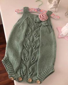Fotoğraf açıklaması yok. Knitted Baby Outfits, Knit Baby Dress, Knitted Baby Clothes, Baby Hats Knitting, Knitted Romper, Knitting For Kids, Baby Knitting Patterns, Baby Romper Pattern, Baby Girl Romper