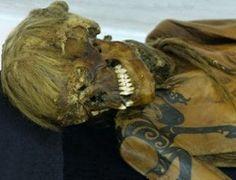 PRINCESA DE ALTAI: Según expertos, la momia no fue una princesa, ni mucho menos. Los objetos encontrados en su entierro permiten concluir que no era de procedencia noble, pero probablemente poseía unos conocimientos especiales: de curandera, adivinadora o narradora de cuentos mágicos. Los restos de esa mujer que vivía hace más de 2,5 mil años fueron encontrados en 1993en un túmulo, cerca de la frontera con Mongolia, por unos arqueólogos de Novosibirsk.