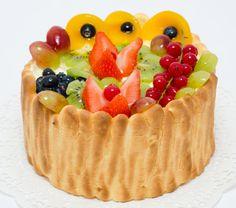 Pestrofarebná ovocná torta s ovocím