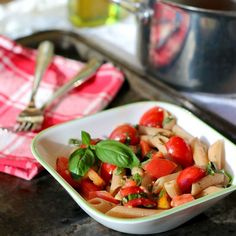 Pasta with Fresh Tomato Sauce. This is a healthy easy summer pasta using fresh garden tomatoes sauce and herbs. It's quick and the only cooking needed is boiling water. High Fibre Lunches, High Fiber Foods, Fiber Diet, Lunch Recipes, Healthy Recipes, Healthy Foods, Healthy Lunches, Happy Healthy, Diet Foods