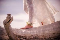 Bracelet de cheville pour une mariée pieds nus sur la plage