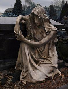 Frau kniet am Sarg in Nürnberg, Germany, Friedhof St-Johannisfriedhof