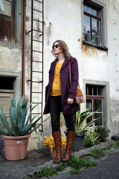 Fall Fashion - Outfit Purple Coat Style a trenchcoat, mustard Sweater, cognac Boots Cozy Fall Look Chloé Faye