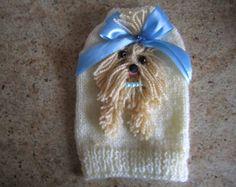 Cane maglione Yorkie crema con luce fiocco blu di armadio Couture di Nina