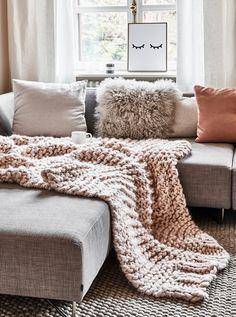 Das Handgefertigtes Woll-Plaid Super Chunky ist der beste Begleiter für die kalten Tage! Kombiniert mit ganz vielen kuscheligen Kissen herrscht Gemütlichkeit auf dem Sofa! // Winter Herbst Dekoration Decke Plaid Kissen Sofa Wohnzimmer Fell Teppich Ideen #WohnzimmerIdeen #Wohnzimmer #Sofa