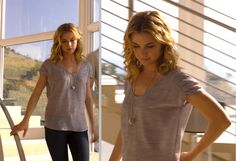 Revenge Emily / Gray 'heathered' top with pendant necklace and jeans / Season 1