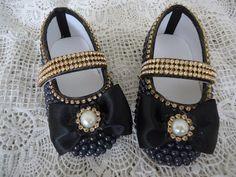 Sapato customizado com pérola, fita de cetim e strass.    DISPONÍVEL NOS TAMANHOS: 13 AO 18    MEDIDAS EXTERNAS: Nº 13 - 10 cm / Nº 14 - 10,5 cm / Nº 15 - 11 cm / Nº 16 - 11,5 cm / Nº 17 - 12,5 cm / Nº 18 - 13 cm.    É POSSÍVEL FAZER COM OUTRAS CORES E OUTROS TAMANHOS, CONSULTE-NOS.    ATENÇÃO!!!...