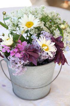 Tämä kukkaämpäri suorastaan huutaa kylkeensä Siivekkäitä ystäviä!