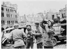 Photo montrant des photographes et cinéastes de l'US Army Signal Corps de l'unité 123 dans les ruines de Naumburg, en Allemagne. Photo prise par J Malan Heslop. Avril 10, 1945