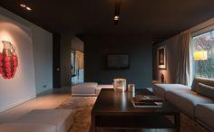 Maison contemporaine / aménagement design / Intérieur Moderne / Salon / Plafond noir / Sol béton / Architecte d'intérieur : Agence MAYELLE / Photo : ©Pierre Rogeaux