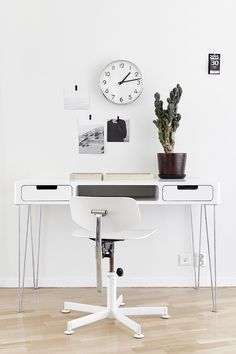Very nice home office. In bight colour. We love the desk. Home Office Inspiration, Workspace Inspiration, Room Inspiration, Interior Inspiration, Small Space Office, Small Spaces, Office Workspace, Office Decor, Office Ideas
