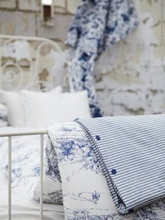 Blue and white, toile de jouy White Cottage, Cozy Cottage, Farm Cottage, French Cottage, Cottage Living, Cottage Style, Love Blue, Blue And White, Tela Shabby Chic