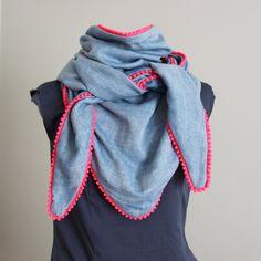 Tuto couture gratuit : comment se coudre facilement un grand foulard à pompons fluo ?