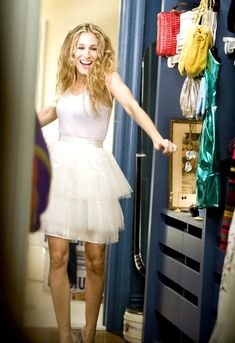 patricia field sex and the city serie creatrice costume mode sarah jessica parker carrie bradshaw 1 Carrie Bradshaw Outfits, Estilo Carrie Bradshaw, Carrie Bradshaw Apartment, Sarah Jessica Parker, Kristin Davis, Jupe Tulle Rose, Looks Casual Chic, Cynthia Nixon, City Outfits