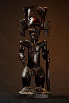 "Statue de chef avec fusil - Chokwe - Angola 181.jpg - Statue de chef ""mwanangana"" avec fusil - bossard statue chef angola chokwe- Angola 181"