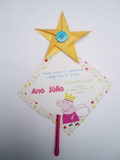 convite peppa pig princesa c/varinha  tamanho do convite 9x9 cm  tamanho da vara aprox. 20 cm  Estrela da varinha feita em origami  varinha revestida com fita de cetim  Convite acompanha saquinho de celofane.  convite impresso em papel couche 240g.  Prazo de confecção 15 dias.  Pedido minimo 30 pçs. R$ 3,60