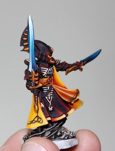 Warhammer 40k Eldar Farseer. Very cool color fading paint effect:
