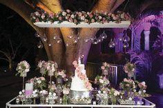 Las esferas con pequeñas velas están de moda, úsalas para iluminar la mesa del pastel. #iluminación #bodaperfecta #pastel #flores
