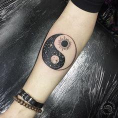 Tatoo Ying Yang, Ying Y Yang, Yin Yang Tattoos, Pisces Tattoos, Moon Tattoo Designs, Unique Tattoo Designs, Unique Tattoos, Cool Tattoos, Moon Sun Tattoo