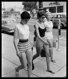 Hot pants (shorts) Mary Quant   No final dos anos 1960, Quant popularizou as hot pants que se tornaram um ícone da moda britânica.   http://sergiozeiger.tumblr.com/post/110668826428/mary-quant-dame-mary-quant-nascida-em-11-de  Através dos anos 1970 e 1980, Mary Quant se concentrou em ítens para casa e maquillagem, além de suas linhas de roupas, incluindo o edredon que ela afirma ter inventado.