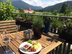 Nicht jeder hat beim Essen die Möglichkeit, den Blick so in die Ferne schweifen lassen... So kann man das Leben #genießen! Möglich ist das im #Wellnesshotel Hubertus Alpin Lodge & Spa im Allgäu, wo man sich perfekt eine #Auszeit von der Hektik des Alltags nehmen kann.