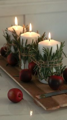 Christmas Candles: See How to Make Take-Out References .- Velas de Natal: Veja Como Fazer Referências de Tirar o Fôlego christmas candles – simple candle set - Christmas Candle Decorations, Christmas Table Settings, Christmas Candles, Christmas Home, Magical Christmas, Winter Christmas, Table Centerpieces For Christmas, Holiday Tables, Christmas Ideas