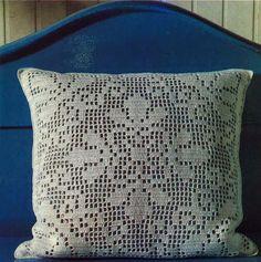 Virkkaa nostalginen tyyny mummolan tyyliin. Kuviot syntyvät helposti ketjusilmukoilla ja pylväillä. Voit koota paloista myös verhot, päiväpeiton, liinan tai vaikka kassin.
