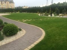 Chodnik i atrakcyjny przedept w trawniku. #projektowanie ogrodów, #hurtownia kamienia, #projektowanie ogrodów Toruń, #projektowanie ogrodów Bydgoszcz, #ogrody Toruń, #ogrody Bydgoszcz, #chodnik