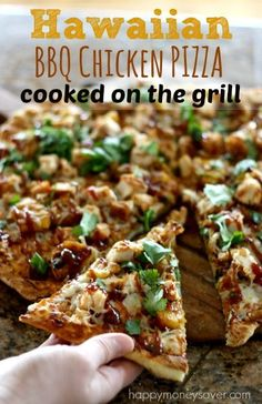 Did you know you could cook pizza right on your grill? This perfect grilled pizza is so easy to make and tastes amazing! -http://happymoneysaver.com