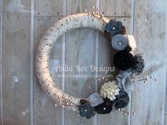 This wreath is great for year round decorating with its natural color palette of light grey, charcoal grey, black and cream handcrafted felt flowers. This yarn wrapped wreath resembles birch everyone who comes to your door will love it! This wreath is available with just the flowers or with the berries and pine cones!  14 inch wreath shown 12 inches is also available with a different flower layout. (16 inch available by custom request)  Find me on Instagram: AnitaRexDesigns  Please check out…