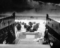 En pleno desembarco. FOTOGALERÍA del Desembarco de Normandía, más fotos aquí: http://www.muyinteresante.es/historia/fotos/el-dia-d-de-la-segunda-guerra-mundial-el-desembarco-de-normandia/desembarco-normandia-dia-d-1
