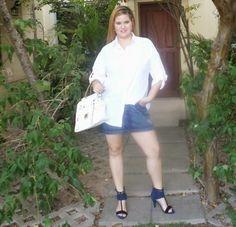 Minha musa: CAMISA BRANCA  Camisa branca quebrando o sex appeal da minissaia jeans. Bolsa branca grande e sandálias pesadas pra deixar o look mais urbano.