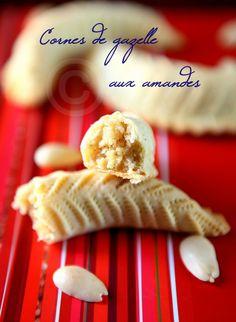 Cornes de gazelle aux amandes - Rdv Aux Mignardises chez Mouni Cookie Desserts, Dessert Recipes, Morrocan Food, Biscuit Cake, Sweet Pastries, Almond Cakes, Arabic Food, Biscuits, Sweet Tooth
