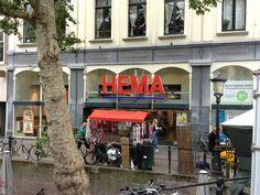 Vanaf de andere kant van de gracht in Utrecht kun je de Hema al zien.