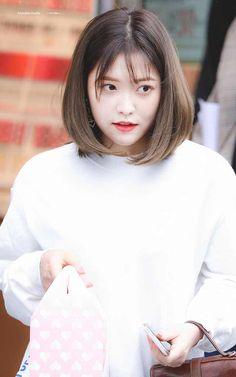 Yeri from Red Velvet Short Hair With Bangs, Hairstyles With Bangs, Trendy Hairstyles, Short Hair Styles, Hair Bangs, Korean Hairstyle Short Bangs, Shorter Hair, Seulgi, Kpop Girl Groups