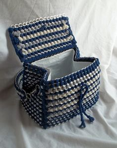 The Art of Can Tabistry: Purse that doubles as a Lunchbox Soda Tab Crafts, Can Tab Crafts, Bottle Cap Crafts, Recycled Crafts, Diy Crafts, Pop Can Tabs, Diy Clothes Life Hacks, Pop Bag, Soda Tabs
