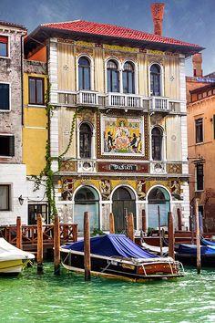 #Venice #Venezia #Veneto #Italy #Italia #Italian #GrandCanal #PalazzoSalviati #Palazzo #Architecture #Travel #Venetian #IloveItaly #Venetianarchitecture #oldworld #oldworldcharm #caroljapp #mosaic #facade