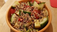 Salat, Gurke, Apfel, Tomate und Quinoa (gekocht)