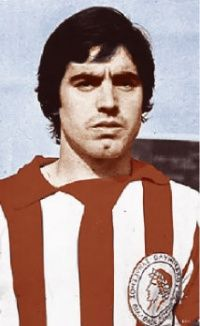 Julio Losada Daniel. Ουρουγουάη. (1950). Επιθετικός. Από το 1972-1980. (146 συμμετοχές 30 goals). Σύνθημα ''στη μπάντα-στη μπάντα, έρχεται ο Λοσάντα ''. Retro, Ronald Mcdonald, Athlete, Football, History, World, Sports, Fictional Characters, Beauty