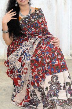 Pretty peacock kalamkari saree with floral designs Simple Sarees, Trendy Sarees, Stylish Sarees, Cotton Saree Designs, Saree Blouse Neck Designs, Kalamkari Designs, Kurta Designs, Kalamkari Saree, Salwar Kurta