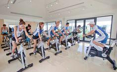 Thanyapura er Sydøstasiens største sportshotel. Her findes en olympisk pool samt andre sportsfaciliteter i verdensklasse. Derudover kan du tage del af et stort udbud af hold som pilates, zumba og cardiotennis samt helsecenter. Se mere på http://www.apollorejser.dk/rejser/asien/thailand/phuket/thalang/hoteller/thanyapura