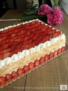 Otrzymałam sporo próśb o przepis na ten tort z frużeliną truskawkową. Bardzo mnie zaskoczyliście, nie miałam pojęcia, że wzbudzi on takie zainteresowanie. Jest mi niezmiernie miło i dotrzymuję słowa publikując… Polish Desserts, Polish Recipes, Cookie Desserts, Cookie Recipes, Dessert Recipes, Brze Torte, Cake Design Inspiration, Fruit Wedding Cake, Fresh Fruit Cake